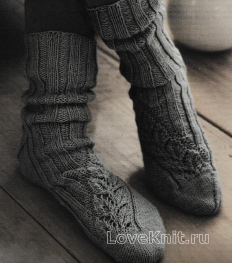 Как связать спицами удлиненные мужские носки с узором из листьев