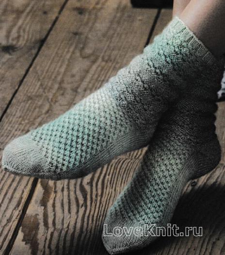Как связать спицами узорчатые носки с шишечками