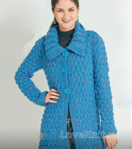 Как связать спицами теплое пальто на пуговицах с объемным узором