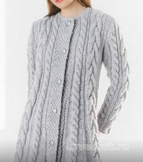 Как связать спицами теплое узорчатое пальто из крупных кос