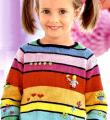 разноцветный пуловер и шапочка в полоску фото к описанию