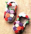 Крючком домашние тапочки украшенные цветами фото к описанию