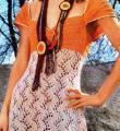 Спицами летнее платье с глубоким вырезом и ажурной юбкой фото к описанию