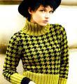 Спицами укороченный свитер с узором «гусиная лапка» фото к описанию