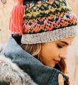 Спицами яркая шапка с жаккардовым узором фото к описанию