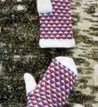 Спицами трехцветные теплые варежки  фото к описанию