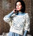 Крючком свободный укороченный пуловер с ажурным узором фото к описанию