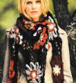 Крючком шаль с цветными мотивами украшенная шишечками фото к описанию