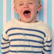 Как связать  детский пуловер в полоску с вышивкой