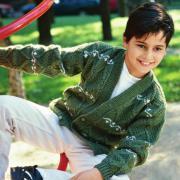 Как связать  рельефный жакет для мальчика с рисунком