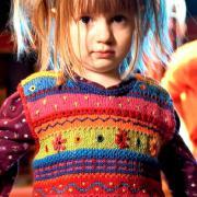 Как связать  жилет с цветными полосами для ребенка