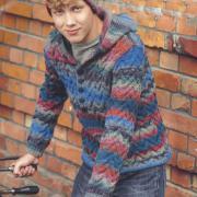 Как связать для мужчин цветной пуловер с капюшоном и шапочка