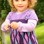 Как связать  сарафан на бретелях для девочки с волнистым узором