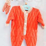 Как связать  комбинезон для малыша с контрастной отделкой и носки