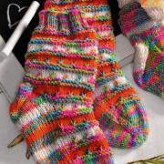 Как связать  яркие носки для малыша с контрастными полосками