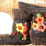 Как связать крючком домашние валенки с вышивкой цветами