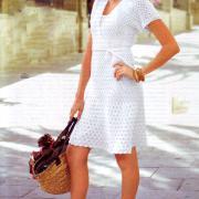 Как связать спицами белое вязаное платье с запахом