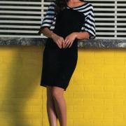 Как связать спицами черное платье с полосатыми рукавами