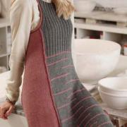 Как связать спицами цветное платье-сарафан с узором в рубчик