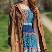 Как связать спицами цветное полосатое платье с арановым узором