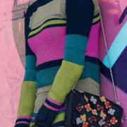 Как связать спицами цветное приталенное платье
