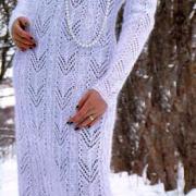 Как связать спицами длинное платье с ажурным узором