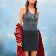 Как связать спицами двухцветное облегающее платье на бретелях