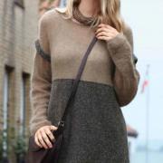 Как связать спицами двухцветное свободное платье с длинным рукавом