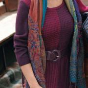 Как связать спицами двухцветное теплое платье с узором из снятых петель
