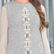 Как связать спицами платье без рукавов с вышивкой по центру