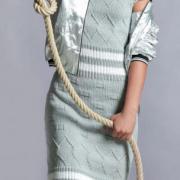 Как связать спицами рельефное платье-футляр с открытыми плечами