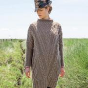 Как связать спицами свободное платье до колена с плетеным узором