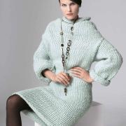 Как связать спицами теплое платье объемной вязки