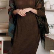 Как связать спицами узорчатое платье с широкой резинкой снизу