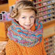 Как связать  цветной объемный снуд с крупными косами для девочки