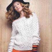 Как связать спицами белый пуловер с рельефным узором из кос и ромбов