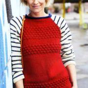 Как связать спицами цветной пуловер с полосатыми рукавами реглан