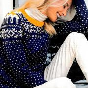 Как связать спицами цветной свитер со снежинками