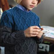 Как связать спицами детский двухцветный джемпер с косами