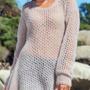 Как связать спицами длинный сетчатый пуловер с расширенным низом