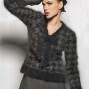 Как связать спицами двухцветный пуловер с бантом