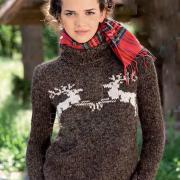 Как связать спицами коричневый свитер с оленями