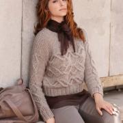 Как связать спицами короткий пуловер с горизонтальной полосой из кос