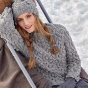 Как связать спицами объемный пуловер и шапка с шишечками