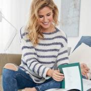 Как связать спицами полосатый свитер с вырезом «лодочка»