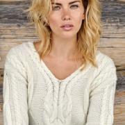 Как связать спицами пуловер с отделкой из кос
