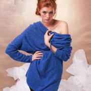 Как связать спицами синий пуловер с капюшоном