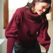 Как связать спицами свитер с объемными рукавами