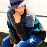 Как связать спицами трехцветный пуловер с узором