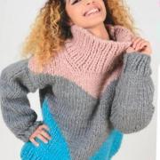 Как связать спицами трехцветный свитер крупной вязки